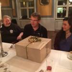 Inspektor Anders gratuleras på födelsedagen med stort paket. Foto: Per Hård af Segerstad